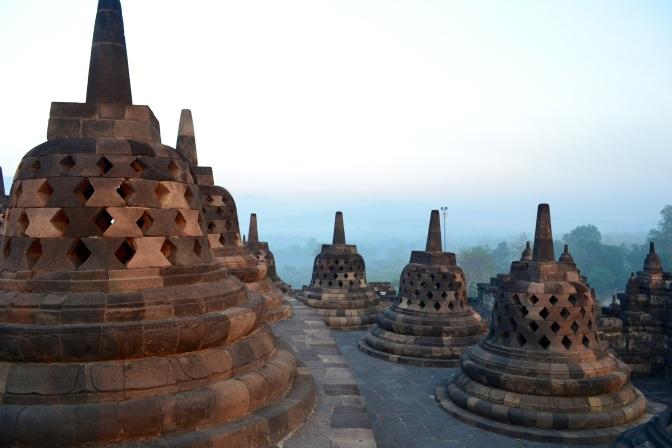 Pierwsze promyki słońca na Borobudur